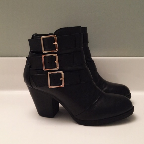 f74e06dae48 Steve Madden Black Leather Buckle Ankle Boots. M 549392a694d5682eac016271