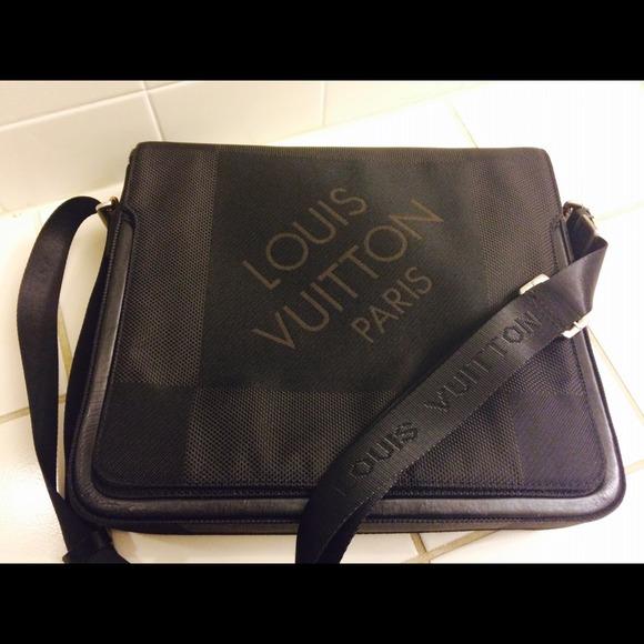 Louis Vuitton Handbags - Authentic Louis Vuitton messenger bag. 47bcec746f645