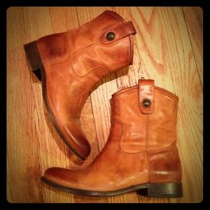 Size 6 Frye Melissa button boots!