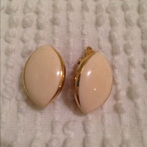 Jewelry - Vintage pearl & gold earrings