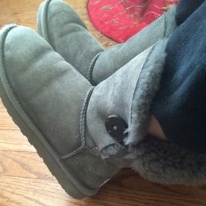 4ad570105ca OLD gray button uggs