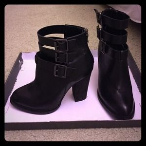 Black leather Chinese laundry ankle boots 7