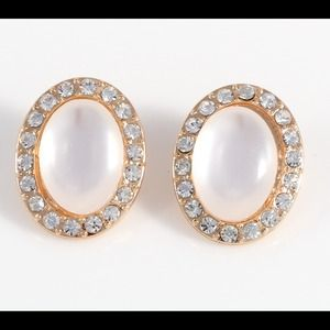 Oval stone stud earring w/ clear crystals