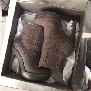 BCBG taupe leather boots ⏰48HR SALE⏰