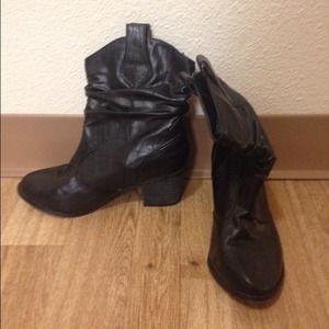 Black cowboy booties // 5.5