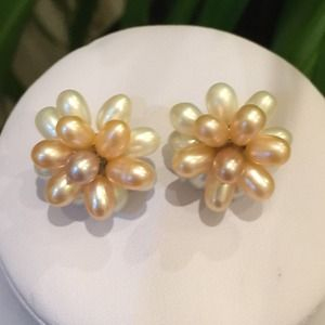 Jewelry - 🎉HP🎉NWOT Natural Rice Pearl Pierced Earrings
