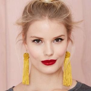 Tassel earrings in gold / mustard