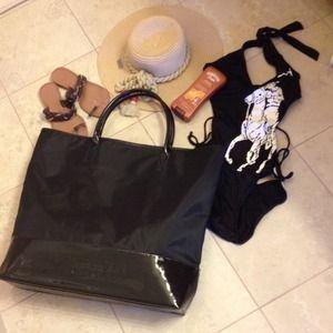 Burberry Handbags - Burberry large gift tote bag