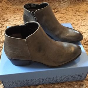 Simply Vera Vera Wang Grey Booties
