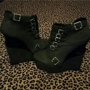 Shoes - ?NEW Michele Antonio black wedge booties