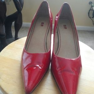 BP red shiny pumps