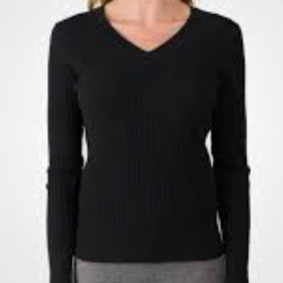 GAP Sweaters - GAP v neck cable knit sweater