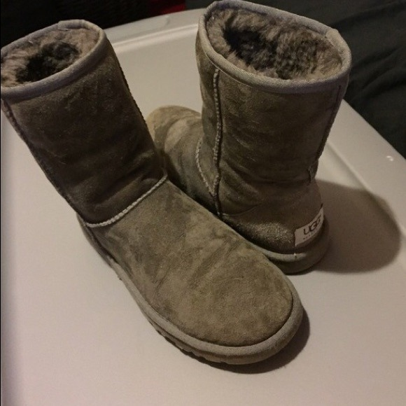 f6818f540d2 Grey short classic uggs size 6 kids or 7 women's