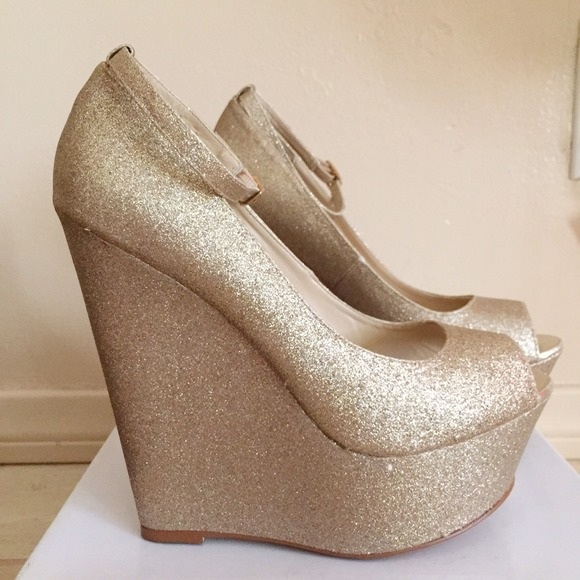 Steve Madden Gold Glitter Peep Toe Wedges. M 54c3f26814b1e04cdb10eec6 956f6a17dd
