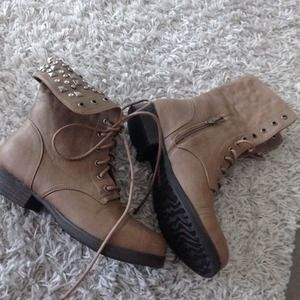 Combat boots- foldable. With studded detail