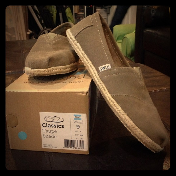 f71517bb96ea NWT Toms Classics Taupe Suede size 9