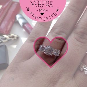 Jewelry - ✨1HR SALE✨Glitzy three stone cz ring