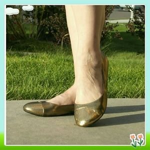 JustFab Shoes - 👠Two tone gold Ellie flats.