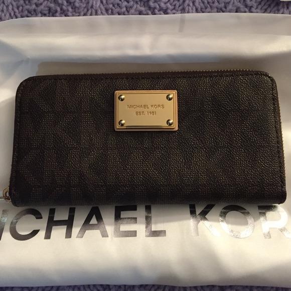 e483bc3a88f3 MK Michael Kors zippy wallet brand new. M_54cc3381e6ce2806b1087698