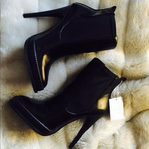 HIGH HEEL STRAP BOOTIE black ankle booties