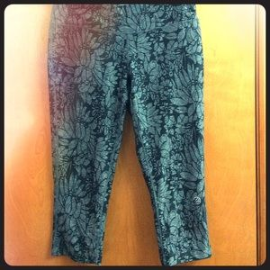 Super cute floral workout capris size M