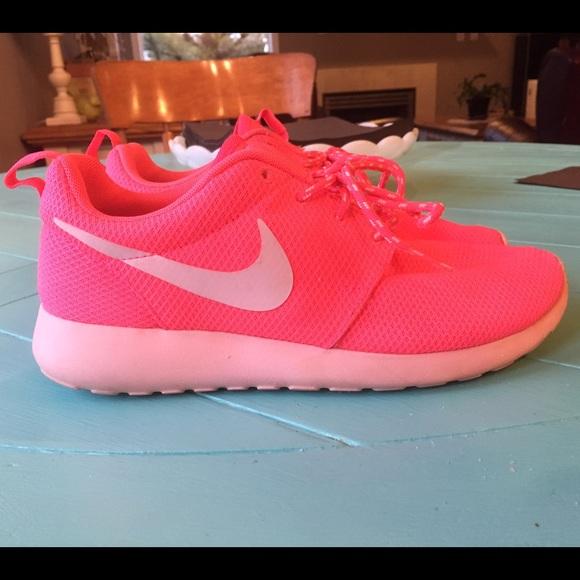 ade5fe74cac8 Super cute Nike roshe runs! M 54d81d682599fe15ad020b5b