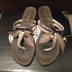 Shoes - Leaf and bow accent sandals flops Brown beige tan