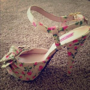 Betsey Johnson nude floral heels (size 8)