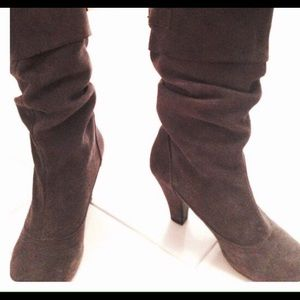 STEVE MADDEN Suede boots in dark brown.