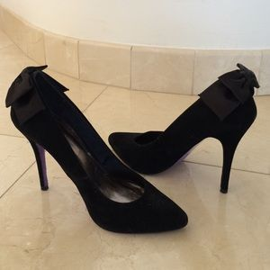 Black suede pumps with bow