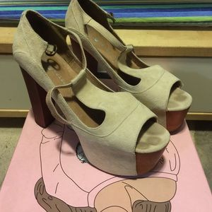 Slightly used JC foxy. Size 7 color: nude suede
