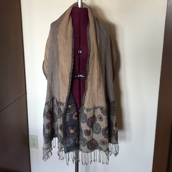 E Eyeful Accessories - E Eyeful Reversible Gray Beige Floral Scarf Wrap
