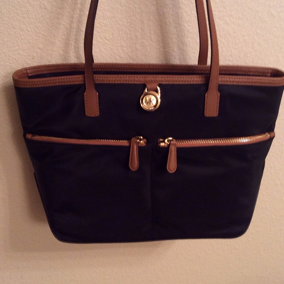 c675fe9b20c9 Michael Kors Bags | Kempton Black Medium Pocket Tote | Poshmark