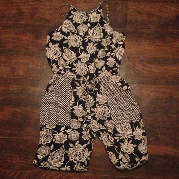 6f7ab2c977ca American Eagle Outfitters Pants - Super cute black and white floral  jumpsuit romper