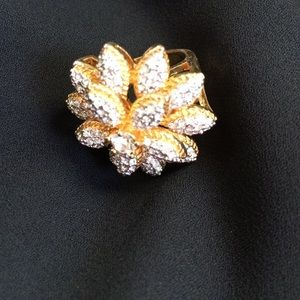 Jewelry - Gold rhinestone statement flower ring size 7
