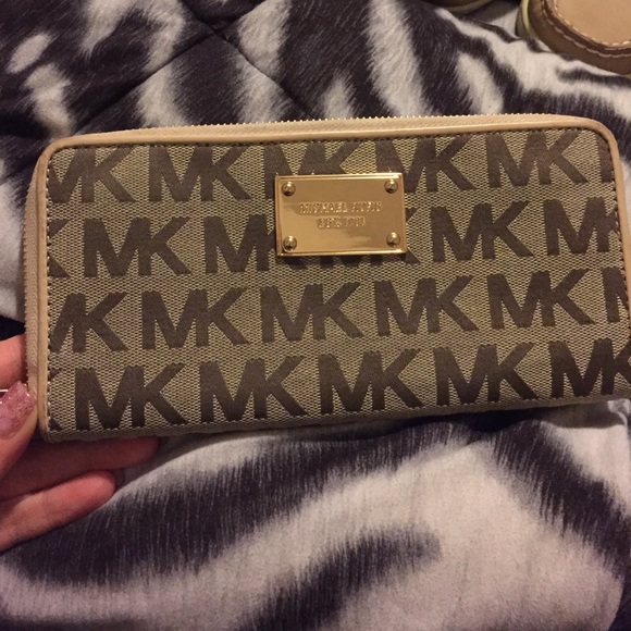 b43cee7fdca5 Gently Used Michael Kors Wallet. M_54e969a64225be6d5c0131fd