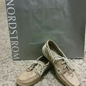 Sperry top sider boat shoes in tan color