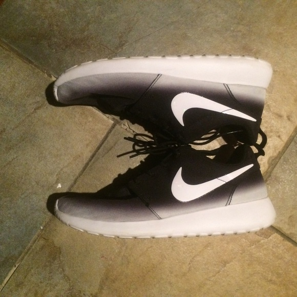 buy popular b11a6 95b8c ... Nike Shoes - Nike Roshe Run Black And White ombré ...