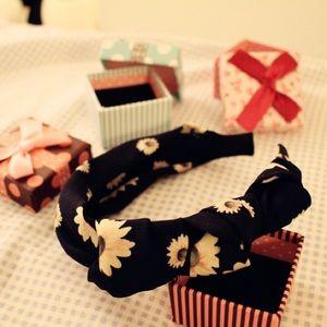 Brand new daisy headband