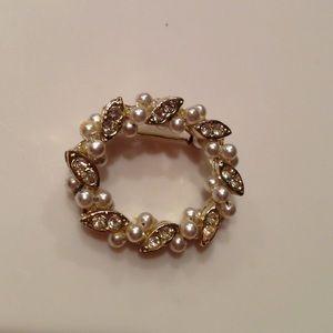 Vintage Jewelry - ️Vintage pearl & rhinestone circle pin.