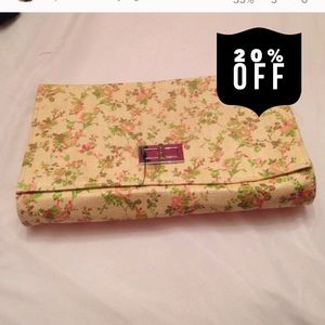 H&M Handbags - 🎉 Host Pick 🎉Pink and Green Floral Clutch