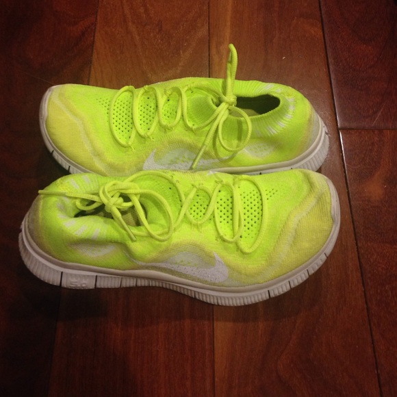 hot sale online 4687c ec682 Nike free flyknit built in sock yellow and white. M 54fab2632fd0b7493600d0f5