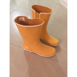 Yellow Sperry rain boots/booties
