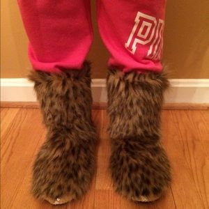Shoes - Fuzzy slippers Sz 9
