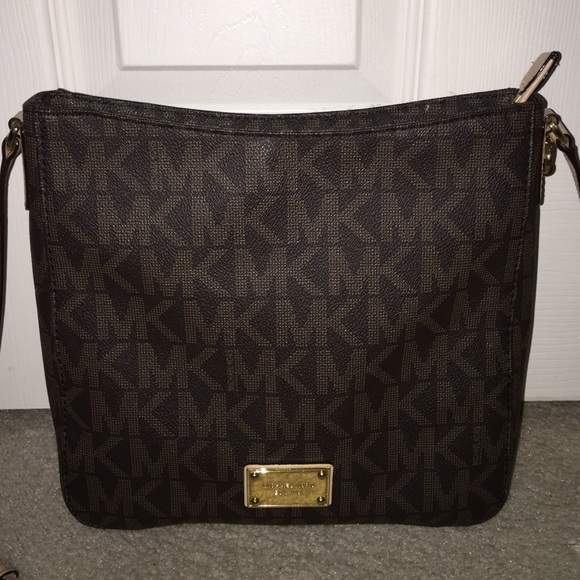 5aef3ff2482c Michael Kors Jet Set Travel Large Messenger Bag. M 550360e1d3a2a74ecf001e1f