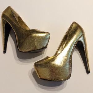 Charlotte Russe Shoes - NWOT Metallic Gold Platform Pumps