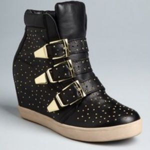 Steve Madden Shoes - 🌺🌺HOST PICK🌺🌺 Steve Madden studded sneakers