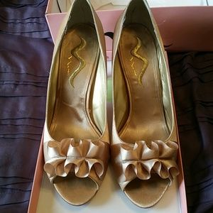 Nina gold pumps with ribbon detail
