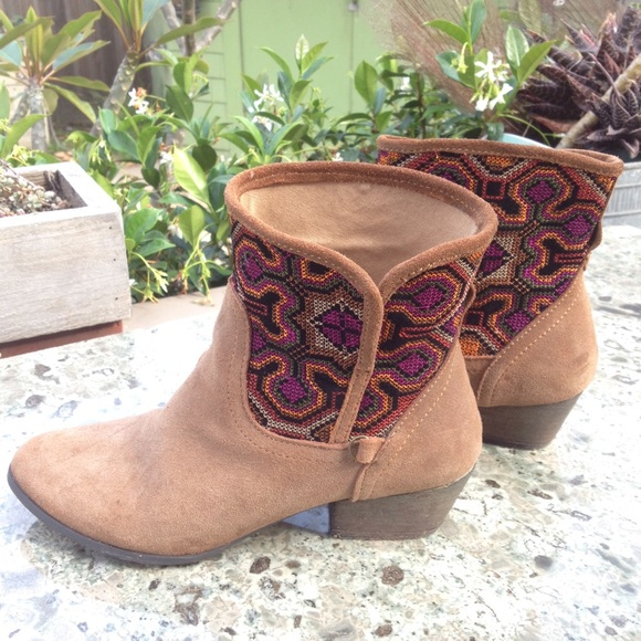 9634802c6cd Tan suede kilim like tapestry boho low ankle boots.  M 556912a17eb29f346d0058d3