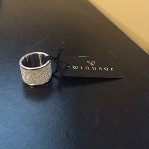 WINDSOR Jewelry - 💍NWT Stylish Sparkle Ring💍